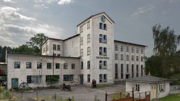 Před sto padesáti lety postavil Vincenc Mastný v Lomnici nad Popelkou mechanickou tkalcovnu. Stojí dodnes.