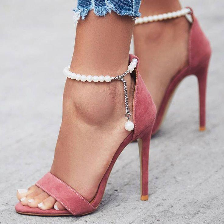 Escarpins rose bonbon avec liens à la cheville en perles...trop belles!!!