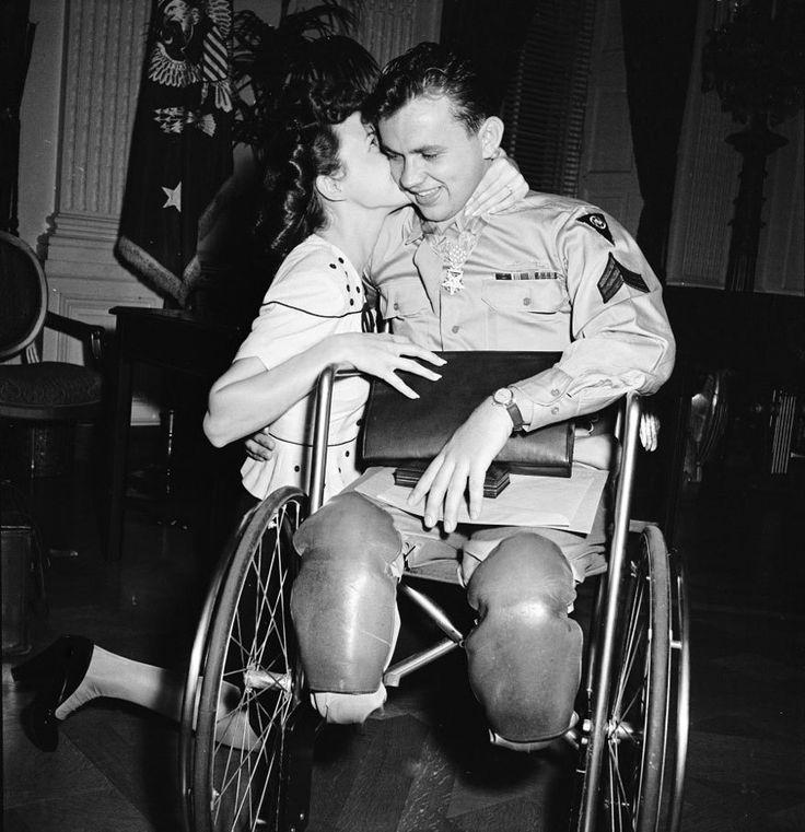 Jean Moore knielt en kust haar verloofde; Tweede Wereldoorlog veteraan Ralph Neppel die voortaan in een rolstoel door het leven moet gaan, 1945