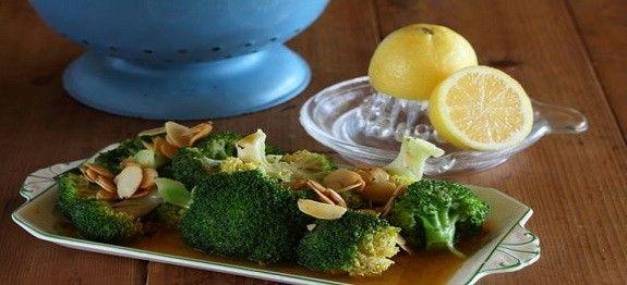Een lekker koolhydraatarm voorgerecht, broccoli in amandel-citroen boter. Dit heerlijke broccoli recept kan je serveren als bijgerecht bij een stukje vlees of vis.
