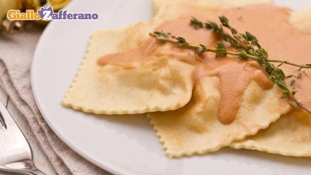 I RAVIOLI DI PESCE sono un primo piatto raffinato e molto saporito. Il ripieno di questa pasta fresca è preparato con #salmone e #gamberetti che vengono tritati e poi amalgamati alla ricotta. Completa il ripieno qualche fogliolina di timo il cui aroma è perfetto per esaltare il sapore del salmone e dei gamberetti usati per il ripieno.  Qui la #ricetta di #GialloZafferano: http://ricette.giallozafferano.it/Ravioli-di-pesce.html  #Natale #Capodanno