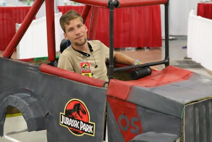 chico en silla de ruedas disfrazado de Jeep de Jurassic Park