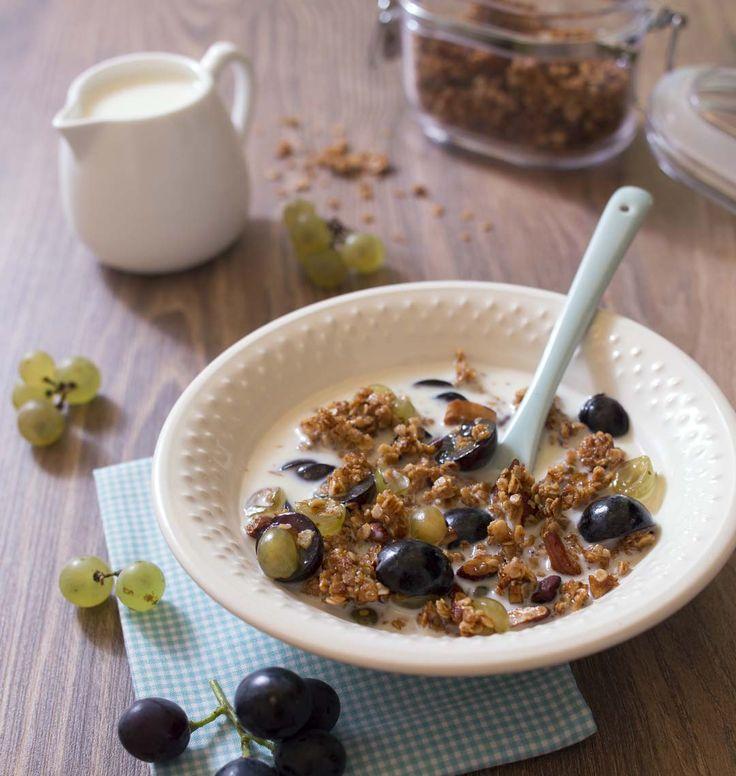 Le granola est un mélange d'avoine, amandes et miel, une sorte de muesli à déguster pour le petit déjeuner. Légèrement sucré et cuit, il est croustillant et savoureux.