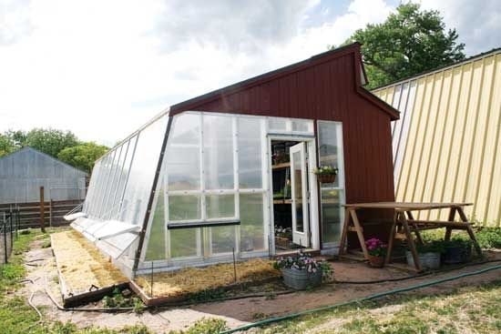 Build your own passive solar greenhouse using tips and advice from a builder with decades of greenhouse construction experience.