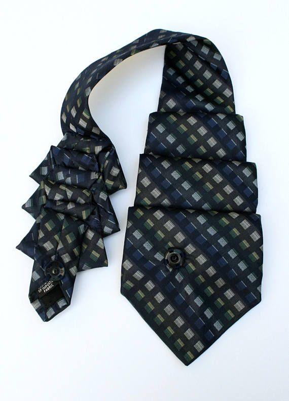 Stil; eines haben alle, die es haben: Originalität ~ Diana Vreeland. Dieser Krawattenschal ist ein perfekter Weg, Ihre Originalität auszudrücken! Dieses weiche umfunktionierten Vintage Herren-Krawatte ist jetzt eine schöne Damen Krawatte Schal und einem wahren Kunstwerk. Ein von einer Art umgewidmet Krawattenschal -Hergestellt aus recyceltem Herren Vintage Polyester Krawatte -Sorgfältig gefaltet und von Hand genäht -Vorne Schnappverschluss -Misst 17 1/2 lang -Chemische Reinigung -Sonnen...