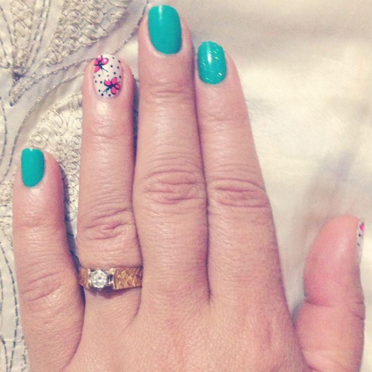 Uñas en color verde decorado de mariposas