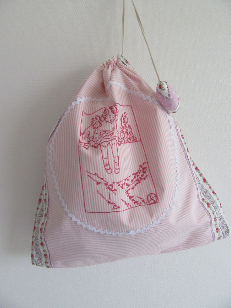 """Sac à lingerie forme pochon en coton rayé rose et blanc et broderie main """" Deux fillettes en rose : Sacs à main par les-p-tits-bidules"""