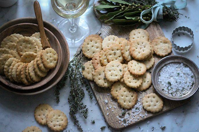 Knusprig-salziger Jahresausklang: Vegane selbstgemachte Party-Cracker - veggi.es | vegan with love