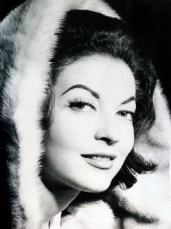 Maricruz Olivier (1935-1984) Fue una actriz mexicana. Estudio en la Ciudad de México dos años de carrera profesional de Filosofía y Letras y además actuación en la Academia Andrés Soler.