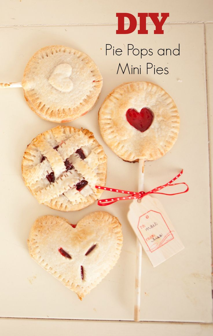 Love these adorable DIY pie pops and mini pies!