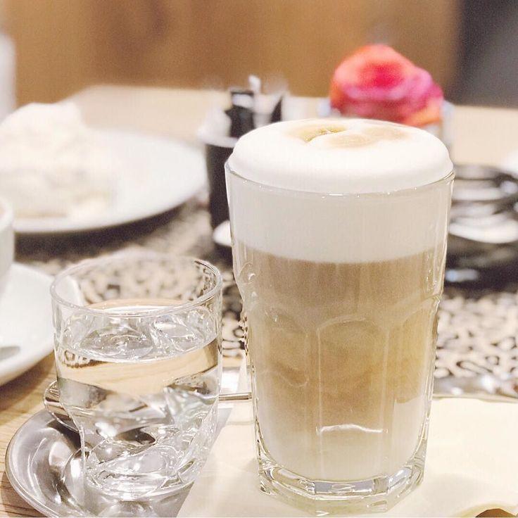 Wenn ich im Café der Kaffeerösterei Tegernsee Kaffee trinke dann möchte ich am liebsten sofort eine Baristaausbildung machen und mir eine Profi-Kaffeemaschine kaufen! Denn auch wenn ich daheim die Bohnen von denen benutze und mein Kaffee köstlich ist wird der Kaffee hier noch leckerer. . . . . . #4morecoffee #coffeeisalwaysagoodidea #coffeelover #lattemacchiato #milkfoam #barista #coffeeart #instacoffee #latteart #coffeeoftheday #baristadaily #coffeeporn #cafelife #coffeebreak #kaffeepause…
