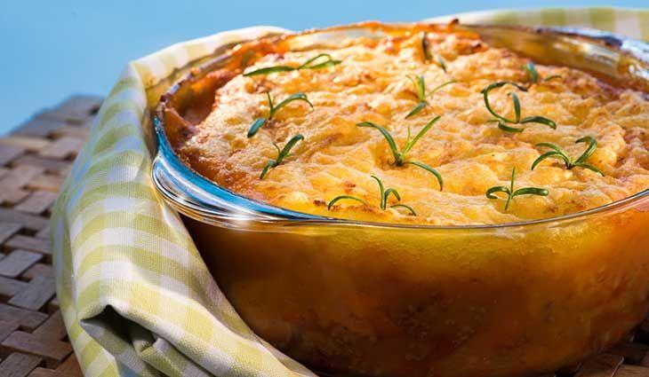 Kjøttpai med potetstappe Praktisk middag med alt i én form. 1 stk rødløk2 stk gulrøtter2 stilker stangselleri (/stilkselleri)2 fedd hvitløkolivenoljerosmarin500 g kjøttdeig (/lammekjøttdeig)400 g 1 boks tomater (grovhakkede)2 ss tomatpure2 dl oksekraft1,5 kg melne potet (/mandel/gulløye)1 dl melk1 ss smørgulost (til gratinering) Kutt grønnsakene i jevne biter og stek