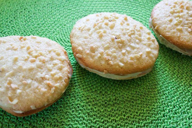 I mandorlini farciti sono dei biscotti morbidi alle mandorle con un ripieno al pistacchio e cioccolato bianco. Perfetti per una merenda golosa!