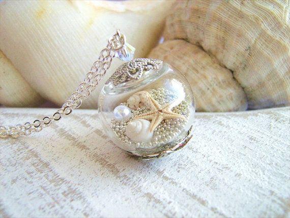 Collier Etoile de mer réel réel minuscules coquillages, minuscules microbilles argentée et une perle dans un globe de verre creux.  Ce globe de