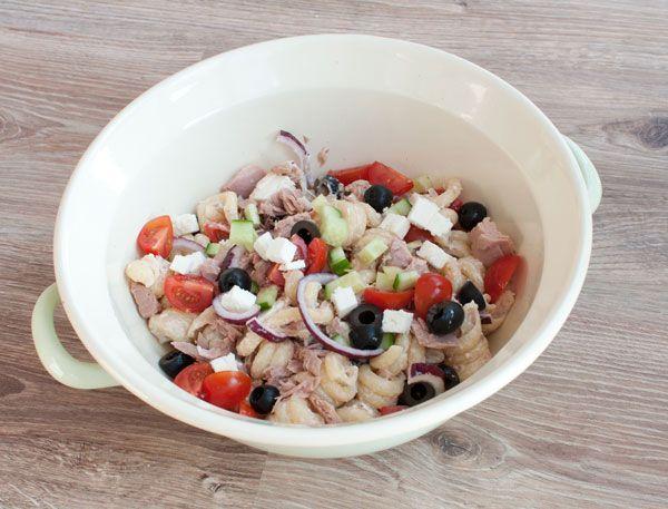Deze pastasalade met tonijn is makkelijk van te voren klaar te maken en daarom ideaal om mee te nemen. Boordevol groente en daaromook nog eenserg gezond.