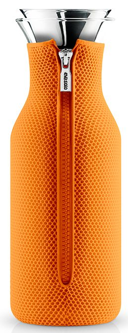 Eva Solo Karaf met Cover 10L 3D-Oranje  Eva Solo Karaf met Cover 10L 3D-Oranje De Eva Solo Karaf met Cover is perfect voor water sapjes en bijvoorbeeld ijsthee. De karaf past in bijna iedere koelkast deur en houdt jouw drankjes daarbuiten heerlijk lang koel.De schenktuit is druppelvrij en heeft een praktisch flip-deksel die automatisch opent en weer sluit tijdens en na het schenken. Dankzij de grote opening kun je ook eenvoudig ijsklontjes toevoegen! Koelkastkaraf met neopreen cover Inhoud…