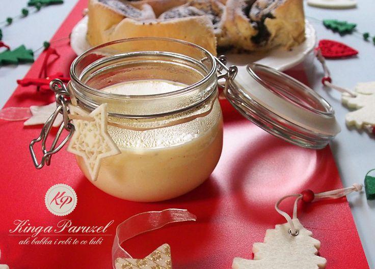 Przygotowanie sosu waniliowego: 2 żółtka  300 ml mleka  4 łyżki miodu  1 laska wanilii  1 łyżeczka maki ziemniaczanej