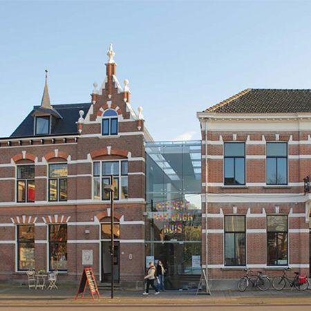 Breng een bezoekje aan het Vincent van GoghHuis, het geboortehuis van Vincent en neem zo een kijkje in zijn leven.