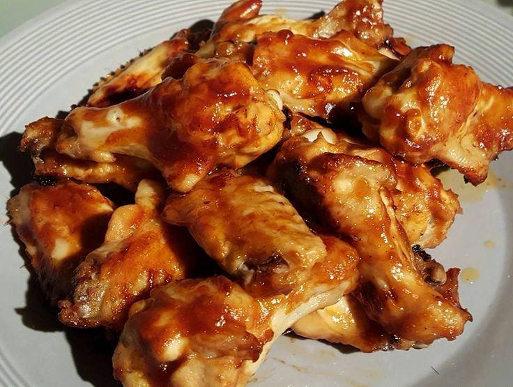 Zo lekker kan simpel echt zijn :) Maak deze honey mustard sticky chicken wings in een handomdraai. Meng in een kom honing mosterd kippenvleugels met 3 eetlepels honing mosterd barbecuesaus, 1 theelepel zout en 1 eetlepel ol