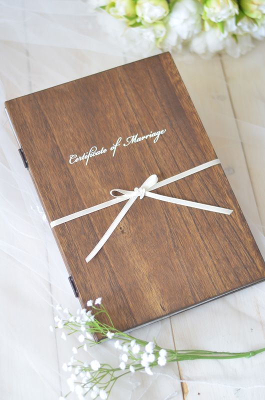 結婚誓約書とウェディングツリーを木製ブックにまとめたお洒落なアイテム。お客様からのご要望も多かった、結婚誓約書とウェディングツリーを一緒にしたフィーノの人気の商品です ☆お洒落な木製ブックの片側に結婚誓約書を、もう片側にウェディングツリーを