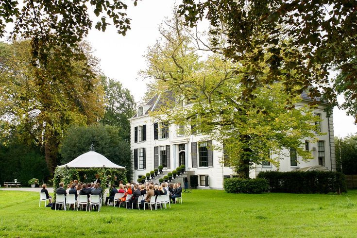 Bruidsfotografie Landgoed Waterland Bruiloft- Trouwen op een prachtig landgoed met oude bomen, buiten trouwen, zonlicht en heerlijk eten. #monetmine #buitentrouwen