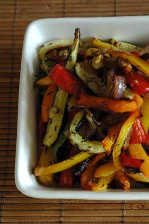 poivrons, courgettes, oignon rouge. mélangez le tout avec 2/3 CàS d'huile d'olive, thym frais, gros sel et poivre moulu le tout dans un gros bol. Mettez au four que vous aurez préalablement chauffé à 200 degrès pour 25/30 minutes.