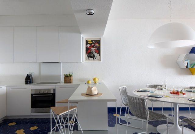 Arch. Tommaso Rossi Fioravanti// Barbara Monica .   Un grande open space ricavato tra soggiorno e cucina, meglio si adatta ad  una casa al mare.