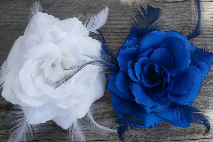 Witte en kobalt blauwe bloem corsage