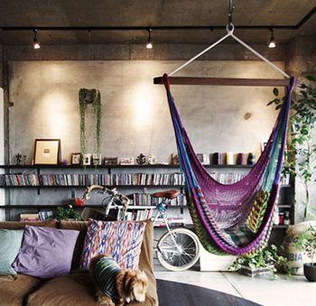 アンティークでシックなお部屋にも、多色使いのハンモックを取り入れるだけで、一気にフォークロアな雰囲気に。