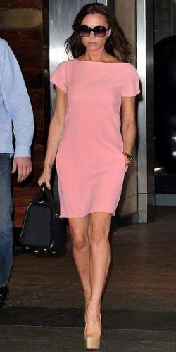 Виктории бэкхем и ее розовое платье