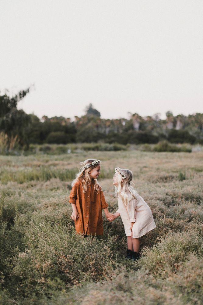 Diese kleinen Süssen sehen bezaubernd aus. Zwei Schwestern auf einem Feld! Ich liebe die neutrale … #bezaubernd #diese #einem #kleinen #sc