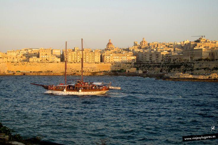 Y al fondo, la ciudad de La Valetta, en la isla de Malta.