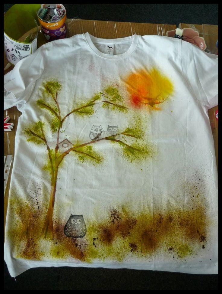 A mohla jsem se pustit do trička. Jako většina přítomných jsem si vybrala motiv stromu a ptáčků. Postupně jsem malovala, stříkala sprejem a razítkovala. Paní Irena nám každé ukázala, jak obrázek vylepšit různými črty, konturou a cákanci. Je úžasné, jak lehce jen tak udělá čáru a ona krásně sedne do obrázku...