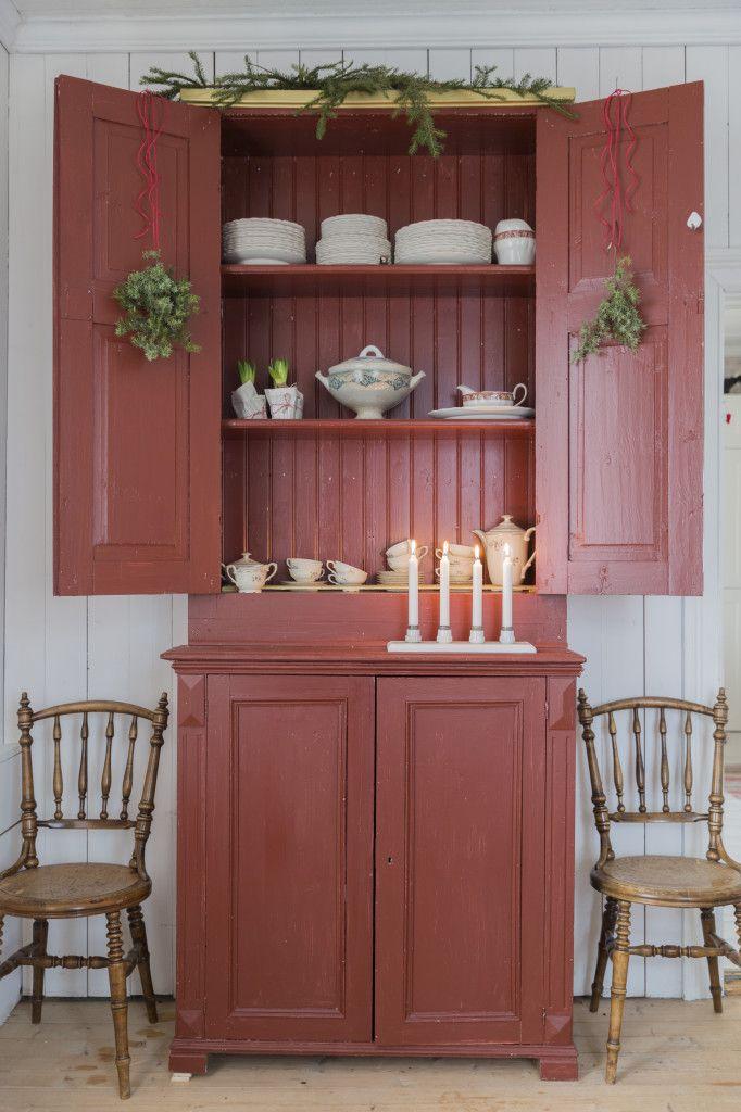 M Y H O M E : Julförberedelser i återbruksstil. Det engelskt röda porslinsskåpet har målats med linoljefärg av Hanna. Fyrljusstaken av propphållare i porslin är egen produktion.