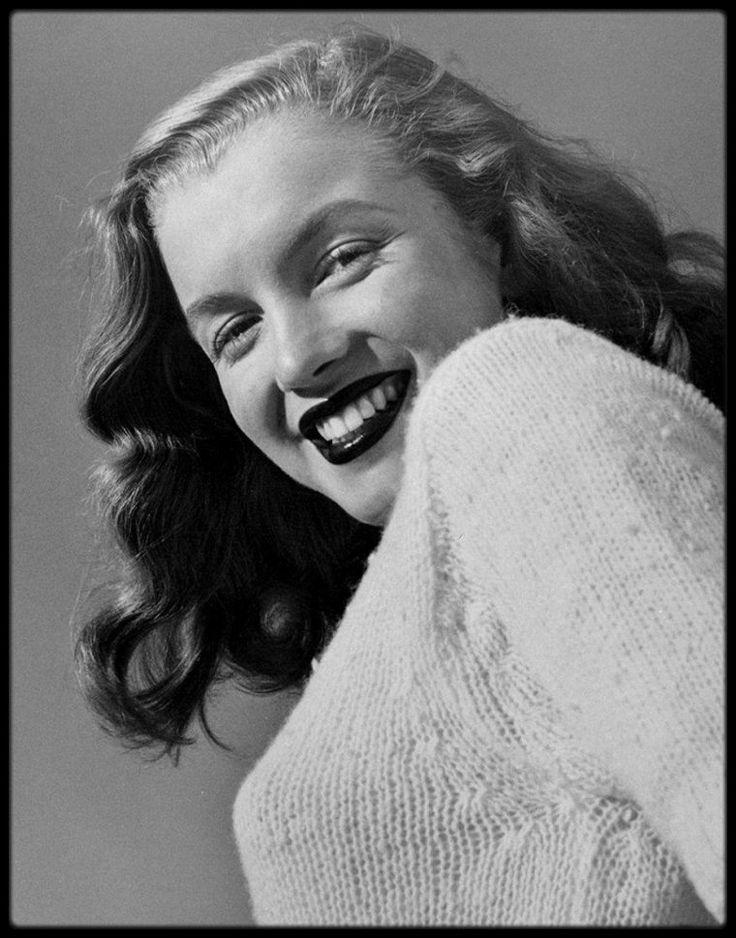"""1946 / (Photos Joseph JASGUR) A la demande d'Emmeline SNIVELY, ce photographe patenté des célébrités accepta de faire des photos de Norma  Jeane en mars 1946. Il était connu pour sa collaboration avec des magazines comme """"Silver Screen"""", """"Photoplay""""  et """"Hollywood Citizen News"""". Il fut surpris de trouver devant la porte de son studio de Hollywood, une jeune fille timide, qui n'avait rien du mannequin classique, anxieuse, haletante. Elle avait aussi plus d'une heure de retard, ce qui…"""