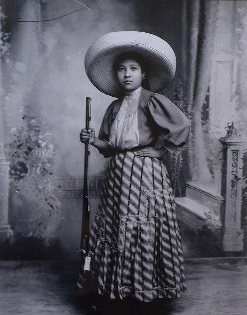 Soldaderas, mujeres que se armaron para apoyar a sus esposos en la revolución, de ahí se compusieron canciones como La adelita.