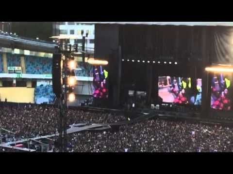 Dave Grohl breaks leg after falling off stage in Sweden, finishes concert anyway. I LOVE DAVE GROHL!!!!