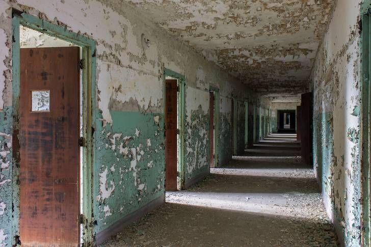 Corredor de um hospital psiquiátrico abandonado, 2016