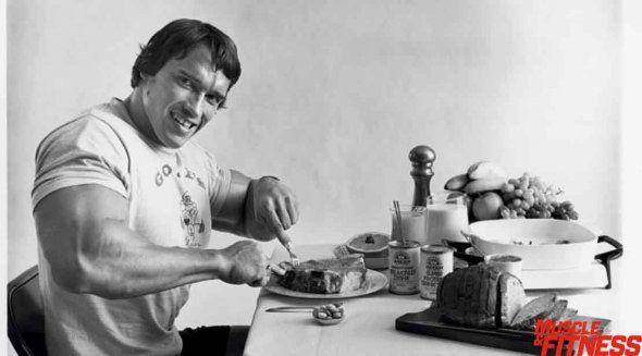 Arnoldův jídelníček:  2750 kcal, 256 g bílkovin, 271 g sacharidů, 90 g tuku.