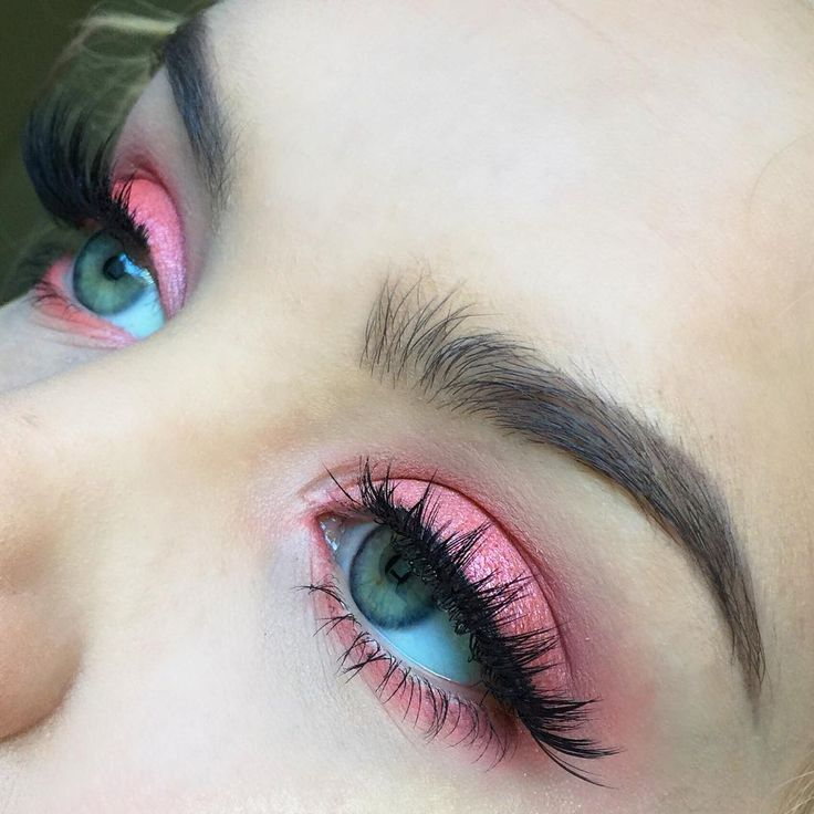 I'm literally obsessed with this sparkly neon melon shade from the @morphebrushes 35B palette! I used the sparkly melon on the lid, buffed it out with the matte melon shade in the crease and lower lash line and highlighted the inner corner with a sparkly light pink. The 35B is my go-to palette when I want a pop of color on my eyes so I recommend it to anyone who wants to try and spice things up but doesn't want to spend a lot while experimenting  Lashes are @houseoflashes Iconic lashes…