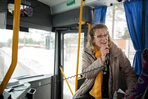 Koillis-Savon oppaiden Tiina Kuosmanen kertoo skibussin matkustajille Nilsiän alueesta ja sen historiasta.