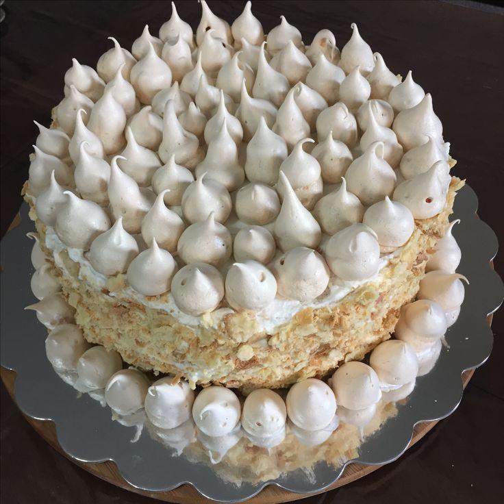 Torta de mil hojas con manjar, crema y frambuesas. Decorada con merengues