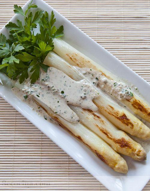 Espárragos blancos a la plancha con salsa de nueces
