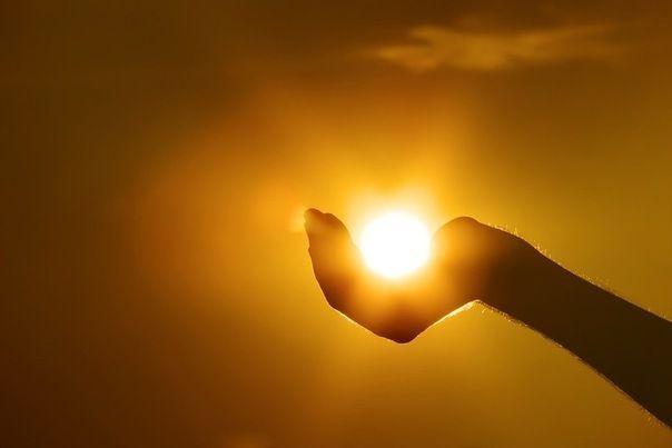 Хорош не тот, кто ищет в людях слабость. Да и не тот, кто ищет красоту. Хорош лишь тот, кто дарит людям радость, собою излучая простоту...