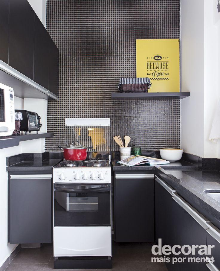 Cozinha com pastilhas e móveis pretos assinada pelo escritório Mandril Arquitetura