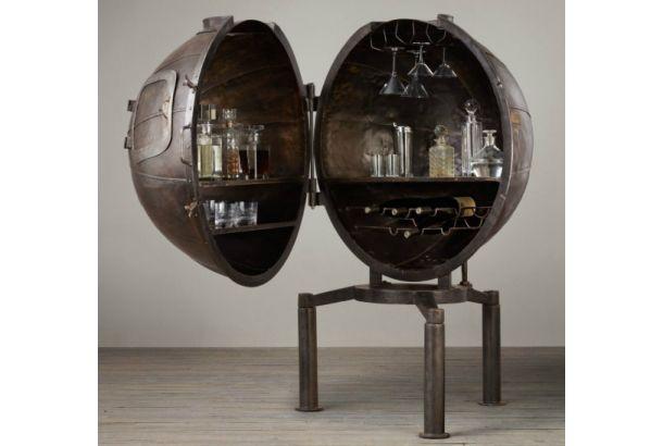 1920年代に電球の実験に使われていた鉄製の実験カプセルが、アンティーク調のバー・カートに!ドイツのとある工場に埋もれていた、およそ一世紀も昔の実験カプセルにインスパイアされて忠実なるレプリカデザインで再現した「1920s German Light Bulb Voltage Tester Bar」。まさにリサイクル・アンティーク家具の真骨頂です。まさか、科学実験の道具が、ワインボトルを収納し、グラ...