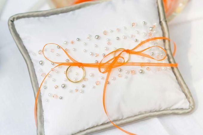 Ein Ringkissen mit Perlen in Orange. Foto: http://www.rebecca-dykema.com