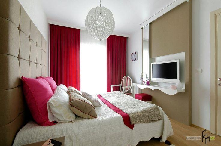 Малиновые шторы и белая кружевная люстра в спальне