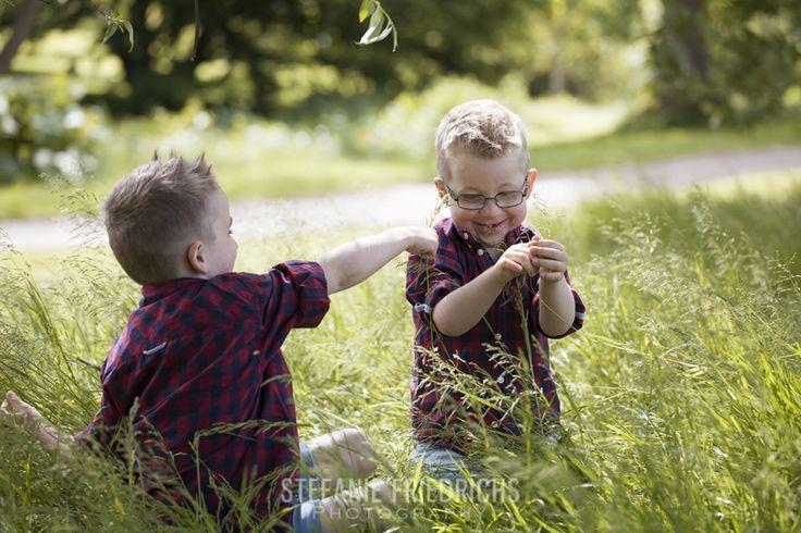 """Jeg har lyst til at sige/skrive det hver eneste gang jer poster billeder på bloggen, Facebook eller Instagram: Jeg føler mig utrolig priviligeret over at få lov til at fotografere så mange dejlige børn og familier. Tusind tak for tilliden. Det er simpelthen verdens bedste job jeg har!  Bragi og Baldur var så nemme, så søde og så sjove at fotografere. Vi startede med nogle """"stå lige her"""" billeder, hvor de to fik lov til at fjolle og pjatte."""