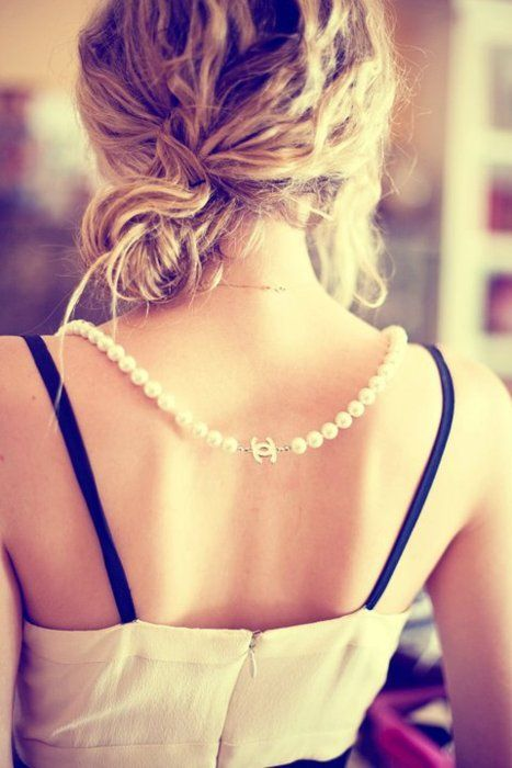 chanel necklace: Chanel Pearls, Fashion, Messy Bun, Chanel Necklace, Pearl Necklaces, Hairstyle, Jewelry, Beauty, Accessories